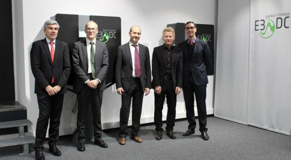 Bild von links nach rechts: François Lhomme, Senior Vice President Operations & Engineering Hager Group; Jean Lasserre, Corporate Advanced Engineering & Innovation Director Hager Group; Daniel Hager, Vorstandsvorsitzender Hager Group; Dr. Andreas Piepenbrink, Geschäftsführer E3/DC GmbH; Franck Houdebert, Chief Group Human Resources Officer Hager Group.